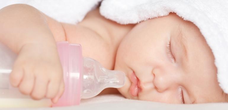 дитина спить з пляшкою