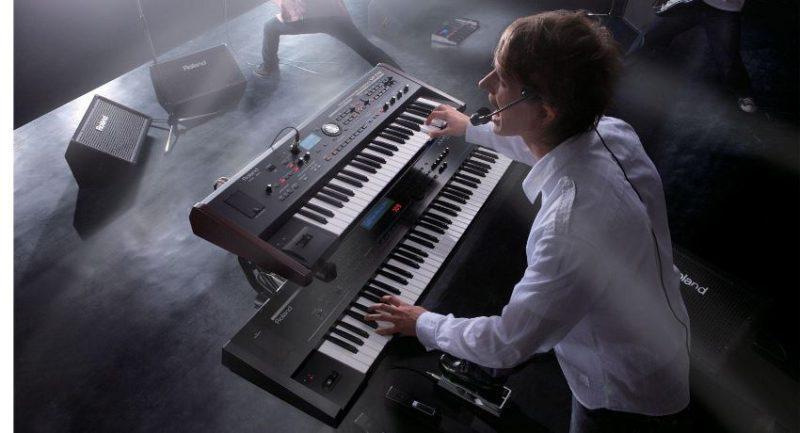 синтезатор на концерті